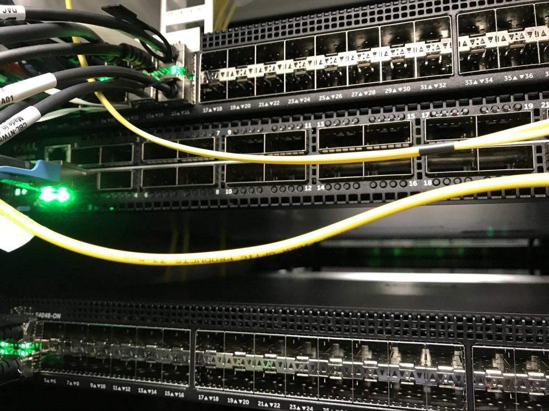 Spleť viacerých switchov, najvyššie sa nachádza pôvodne rozširenie starej siete, pod ním sa nachádza nový hlavný switch S6100 a úplne dole je nový edge router S4048